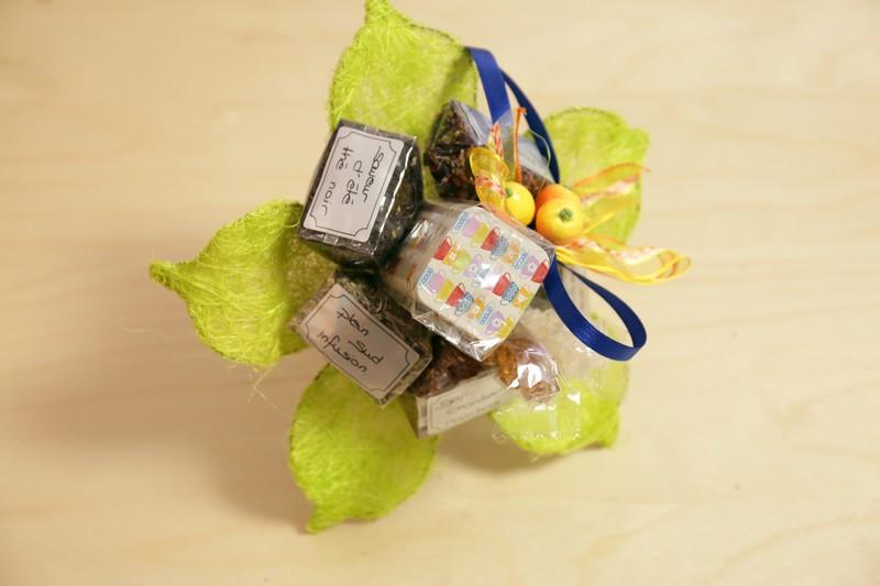 Bouquet D – 6 thés – boîte – sucre – pince – décoration